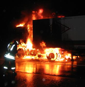Brennender LKW - der erste Löschangriff wird vorbereitet