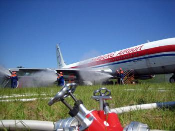 Brennende Tragflächen von Boing 707 auf dem Flughafen.